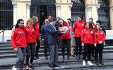 Javier Fernández a las jugadoras del Mavi: «Sois una referencia para todo el deporte asturiano»