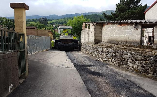 Peñamellera Baja pavimenta las calles de Panes y extenderá las obras a más pueblos