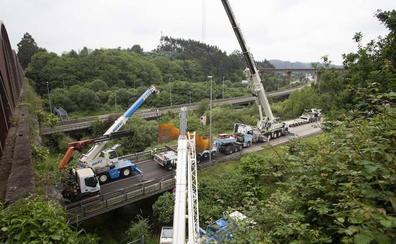 El vuelco de la descomunal pieza de un camión colapsa la A-8 más de seis horas