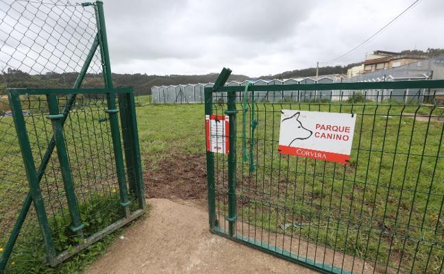 Los usuarios de los parques caninos de Corvera recogen firmas para reclamar su arreglo