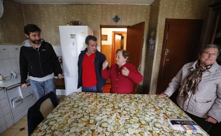 Los vecinos de La Camocha se reúnen para tratar los posibles desahucios