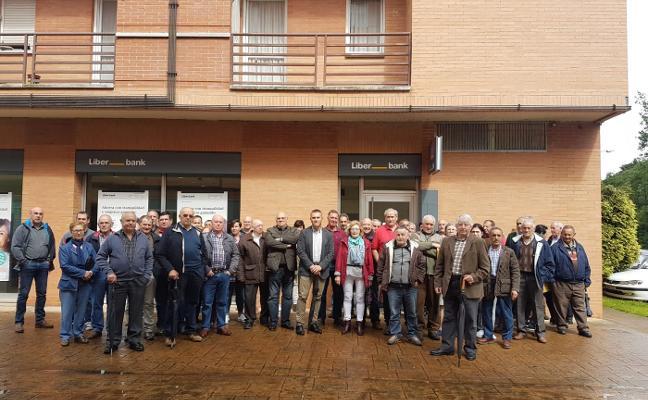 60 vecinos de Morcín protestan por el cierre de la oficina de Liberbank