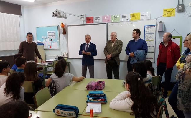 Amigos del País da una lección de historia a los alumnos de Las Vegas
