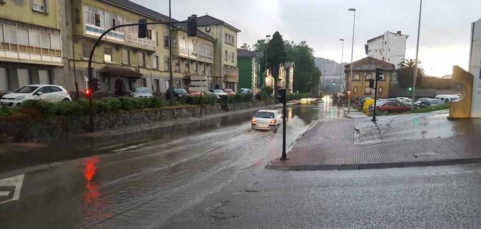 La lluvia anega algunas calles y avenidas en Avilés