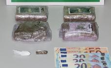 La Guardia Civil arresta a un vecino de Gijón por tráfico de drogas