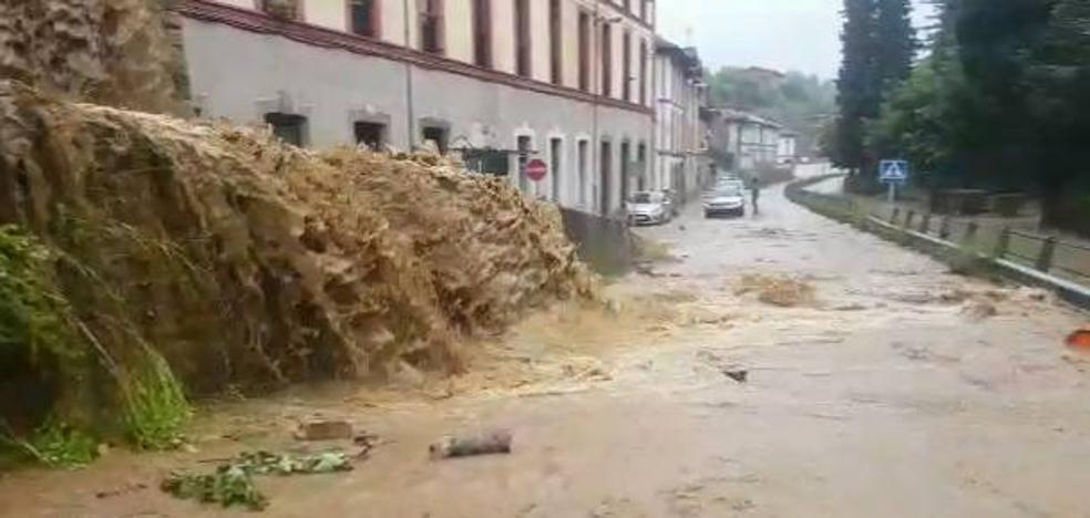 Las fuertes lluvias provocan inundaciones en Trubia y cortan varias carreteras