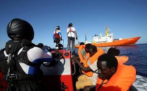 El 'Aquarius' descarta viajar a España y reclama a las autoridades italianas una solución