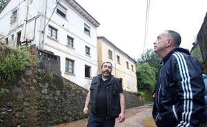 Una familia desalojada y otra vivienda dañada por culpa de un argayo en Trubia