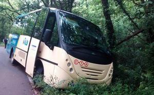 Un microbús escolar con 20 menores se sale de la calzada en Gozón sin causar heridos