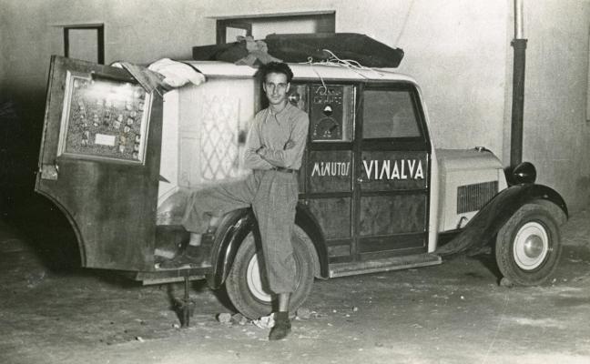 La familia Vinck retira el depósito de 4.000 imágenes de la fototeca de Gijón