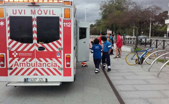 Dos ciclistas heridos al chocar en el carril bici del Muro en el paso subterráneo