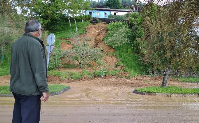 Anegado el centro de Villaviciosa y El Puntal, afectado por un argayo