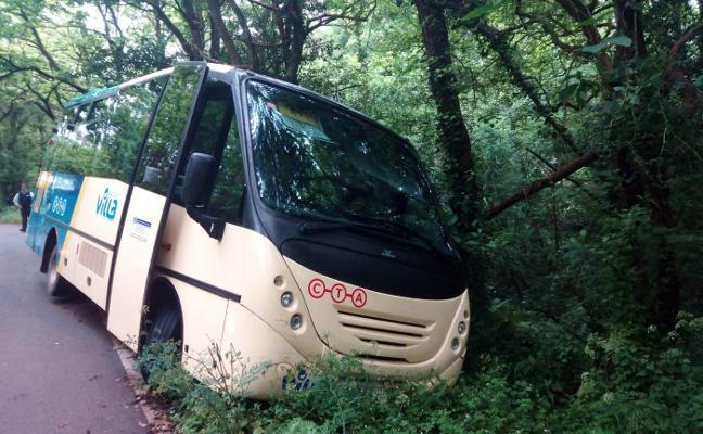 Un microbús de transporte escolar, accidentado en Gozón a causa de las lluvias