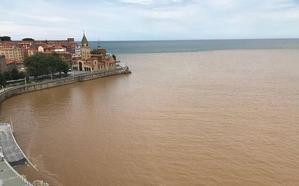 Recogen firmas para pedir al Ayuntamiento de Gijón una solución para la playa