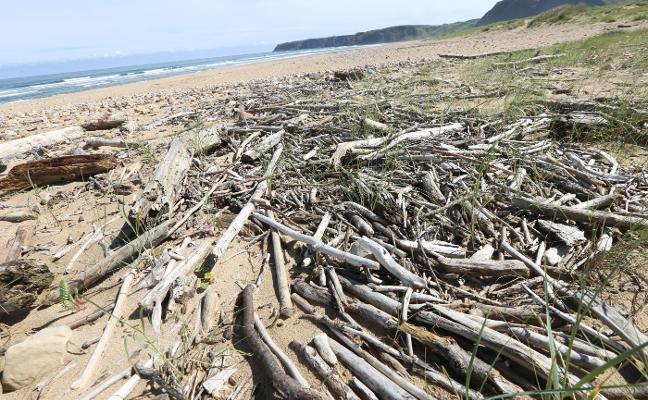 Limpieza a toda máquina tras las lluvias en las playas asturianas