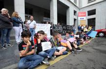 Protesta de los apadres y alumnos de Figaredo y Sotrondio por los recortes en Educación