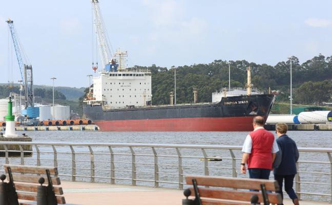 Un embargo judicial retiene a un mercante en el puerto desde hace tres semanas