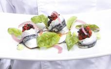 Ensalada de boquerones rellenos de pimiento rojo y aceituna negra con guacamole de pepino