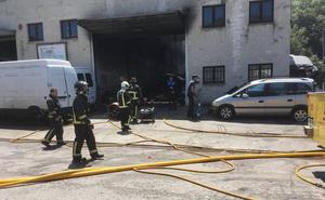 Un herido en un incendio en una nave de desguace de vehículos en Langreo