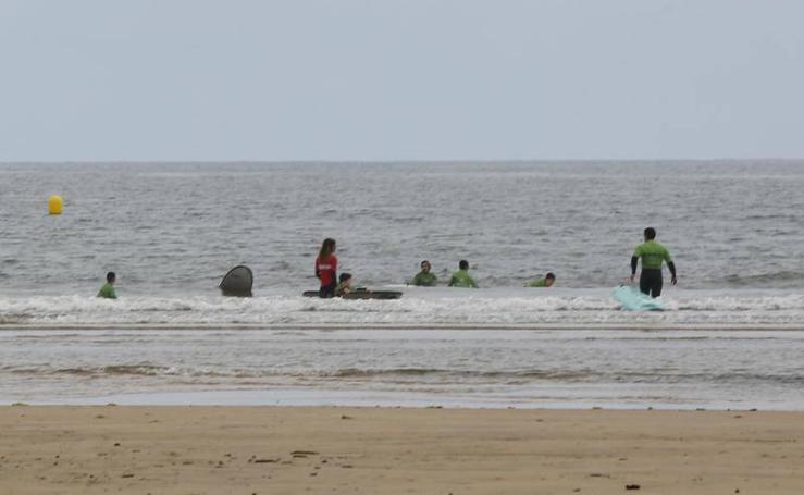 Los bañistas se atreven con las aguas de San Lorenzo y Poniente