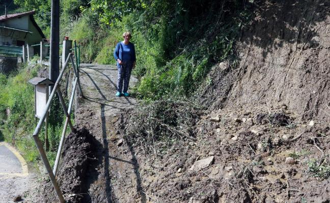 Un argayo corta el acceso a una casa de Sueros, en Mieres