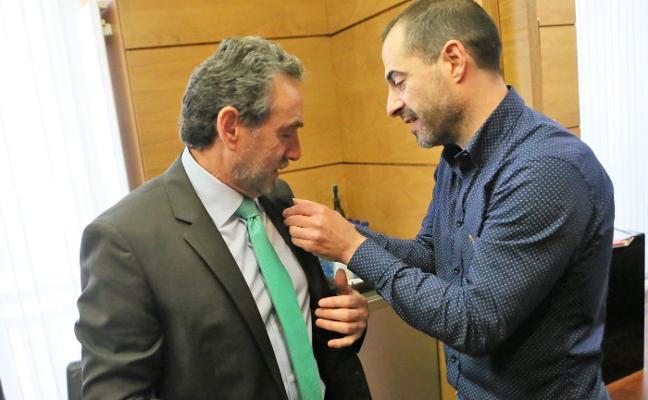 El comisario Jesús Vicente Álvarez recibe la insignia de oro de Siero