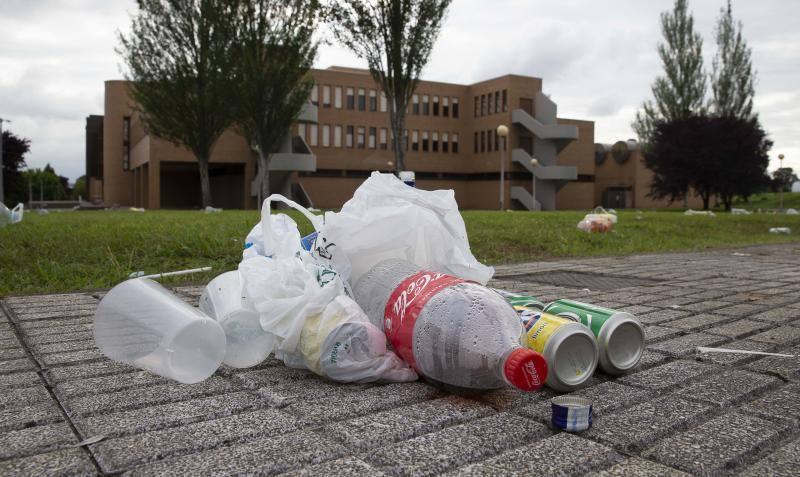 Restos del botellón en la Escuela de Marina Civil de Gijón
