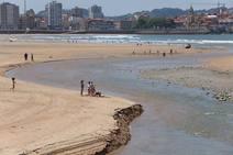 La playa de San Lorenzo de Gijón recupera la normalidad tras el susto de la mancha en el agua