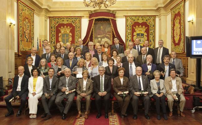 El rector agradece «la dedicación de toda una vida» al personal que se jubila este año