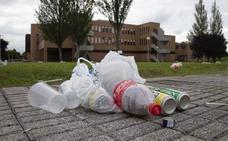 La Escuela de Marina de Gijón, repleta de basura a causa del botellón