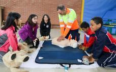 Los técnicos de ambulancias enseñan a salvar vidas en situación de emergencia