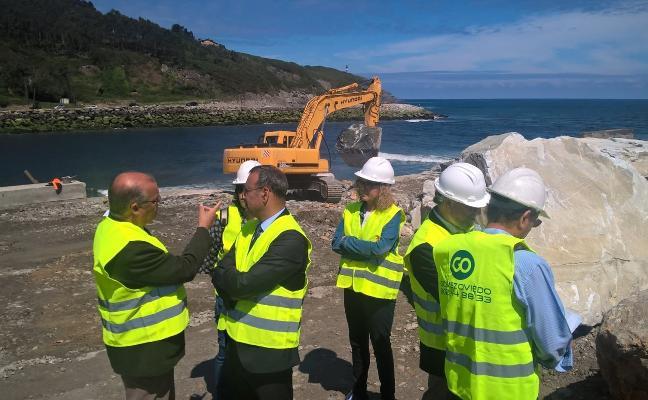 Lastra anuncia que la obra en el espigón de Navia concluirá en dos meses