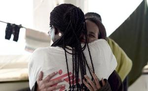 Una niña del 'Aquarius', a un voluntario: «Hace mucho tiempo que nadie me daba un abrazo como éste»