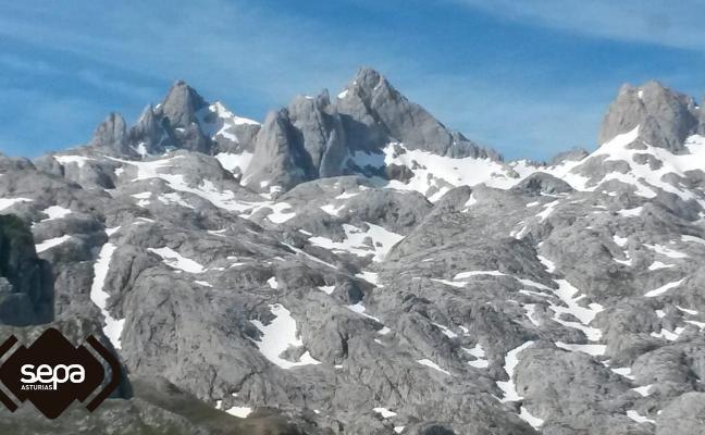 Dos montañeros heridos tras sufrir sendas caídas en Picos y Peñamellera