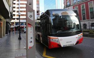 Detenido en Gijón por causar daños a un autobús municipal al que lanzó una señal