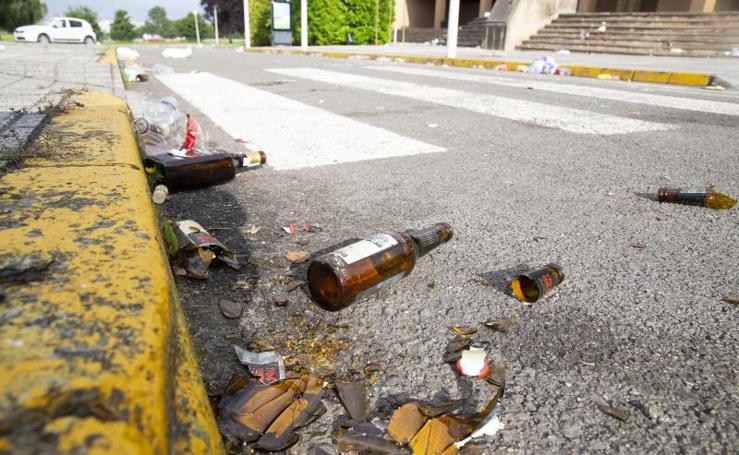 Restos de botellón en el campus de Gijón