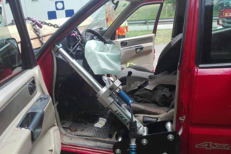 Los bomberos rescatan a un conductor que chocó contra la fuente en Oviedo