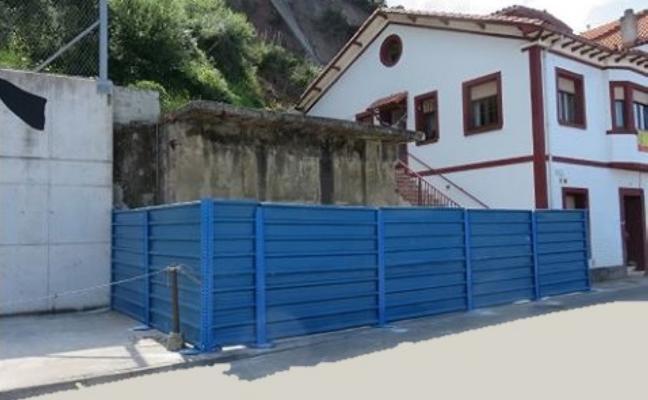La familia desalojada en Candás irá al fiscal si no retiran las vallas colocadas en su casa