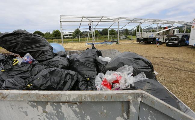 Emulsa, obligada a movilizar a 18 operarios para recoger 4.000 kilos de 'botellón' de Cabueñes