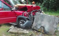 Una hora para rescatar a un conductor que chocó contra una fuente de Oviedo