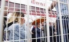 Los afectados por el cierre de iDental en Gijón se concentran ante las instalaciones de Tremañes