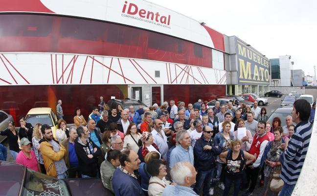 Afectados por el cierre de iDental se concentran a las puertas de la clínica
