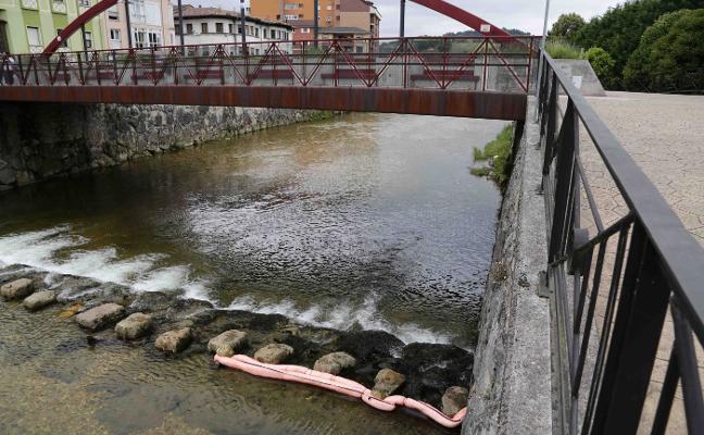Vertido de gasoil en el río Güeña, en Cangas