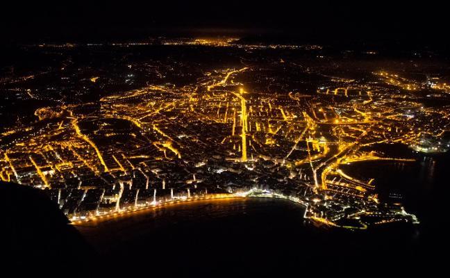 La ciudad, de noche y desde el aire