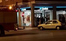 Amplio dispositivo para liberar a una mujer atrapada e inconsciente en un cajero en Gijón