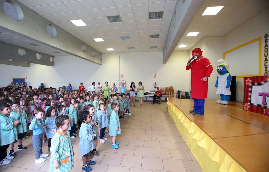El payaso Tato encandila a los escolares del colegio Ángel González