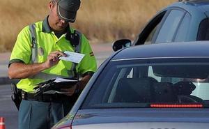 El último aviso de la Guardia Civil: multas si te pillan conduciendo así en verano