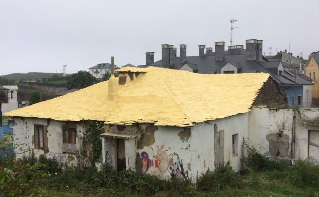 Navia protege el tejado de la antigua aduana de Puerto de Vega