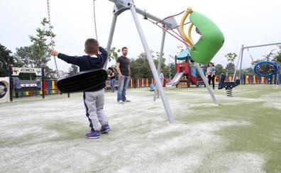 Denuncian que la arena de un parque de Colloto provoca cortes a los niños