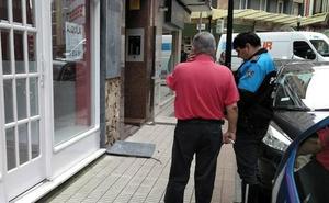 Herido un niño al caerle encima una loseta de pared en Gijón